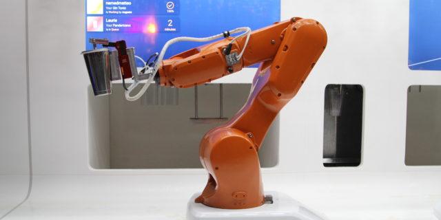 Bionic Bar : Le bras robotisé qui sert des cocktails à Strasbourg